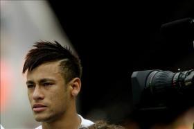 El delantero brasileño Neymar, que firmará un contrato para las próximas cinco temporadas con el equipo español del Barcelona, llora durante el himno