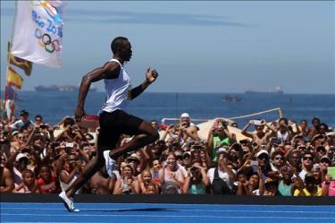 Bolt sobresale en carrera de exhibición, pero no logró superar su propio récord