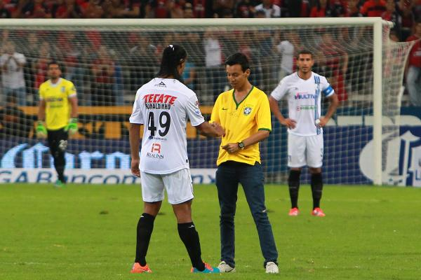 Ronaldinho con espontáneo