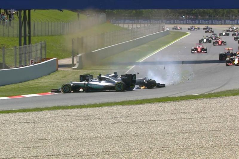 Momento en el que Lewis Hamilton y Nico Rosberg chocan y quedan fuera de la carrera.