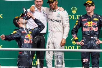 Daniel Ricciardo festejando su centésimo Gran Premio bebiendo un