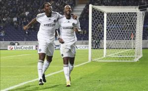 El_jugador_Nicolás_Anelka_celebra_con_su_compañero_de_equipo_Didier_Drogba_cuando_ambos_estaban_en_el_Chelsea
