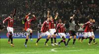Los_jugadores_del_AC_Milan_celebran_la_victoria_de_su_equipo_tras_finalizar_el_partido_de_ida_de_los_octavos_de_final_de_la_Liga_de_Campeones_que_AC_M
